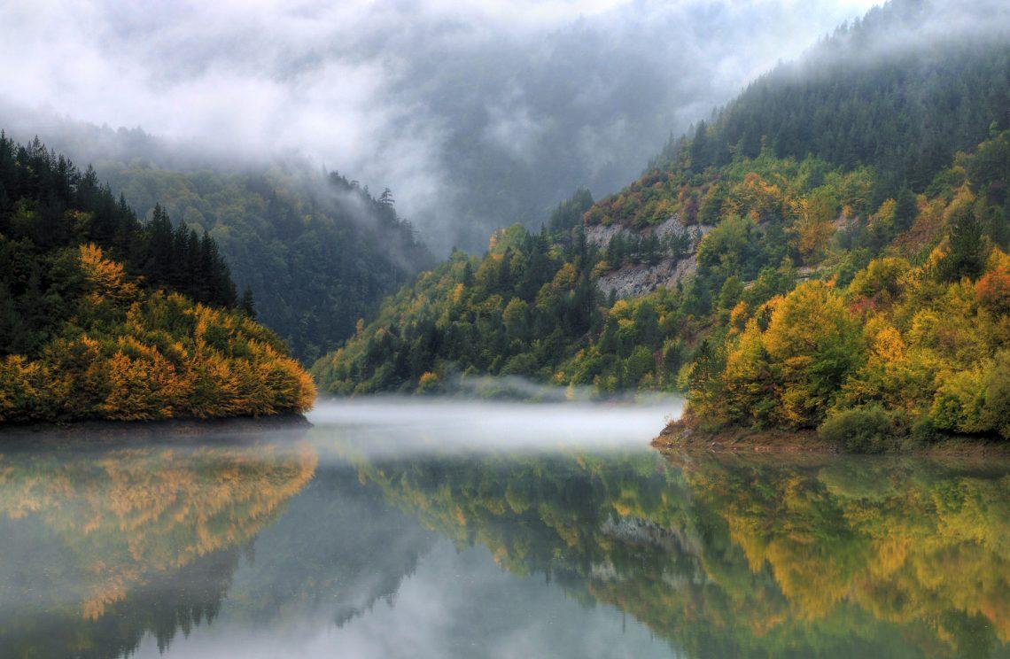 Туман над озером на фоні гір фото