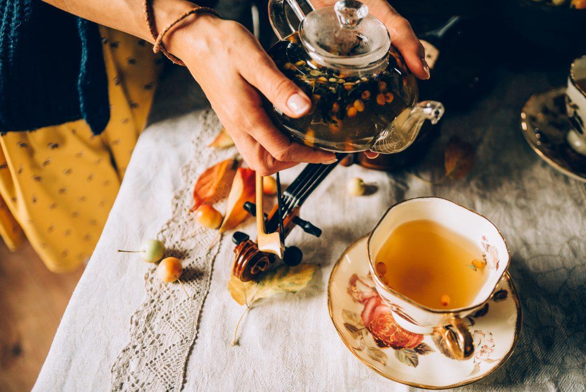 Ягідний чай у скляному чайнику і чашка фото