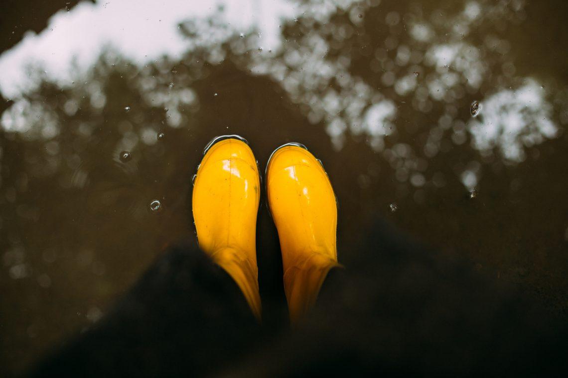 Жовті гумові чоботи у калюжі фото