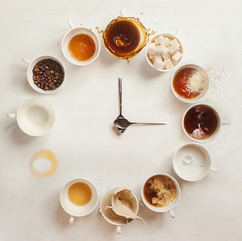 Фото кавові чашки і ложки у вигляді циферблатуі