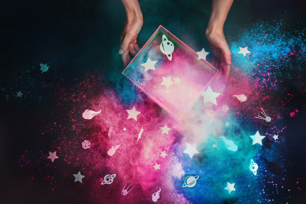 Фото руки тримають коробку з паперовими зірками