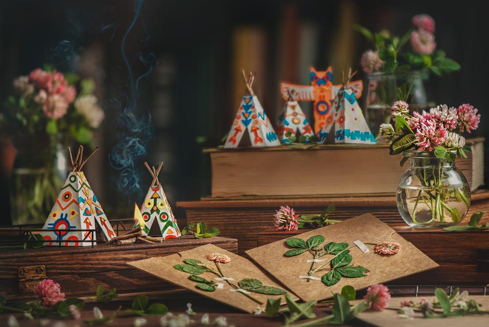 Фото паперові вігвами на старих книжках і квіти конюшини