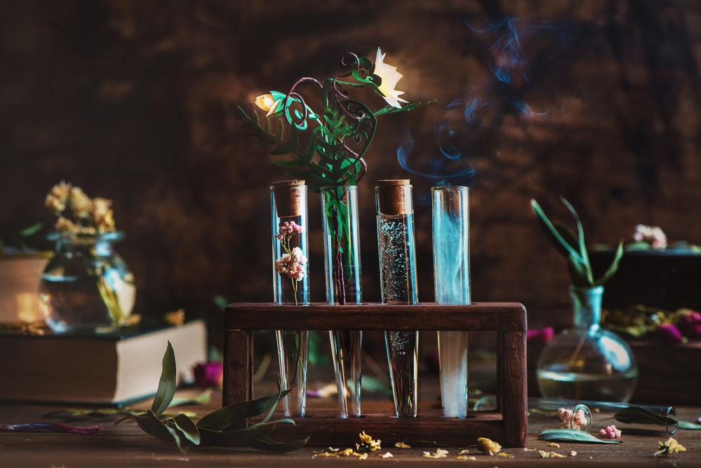 Фото колби з квітами і димом на дерев'яному столі