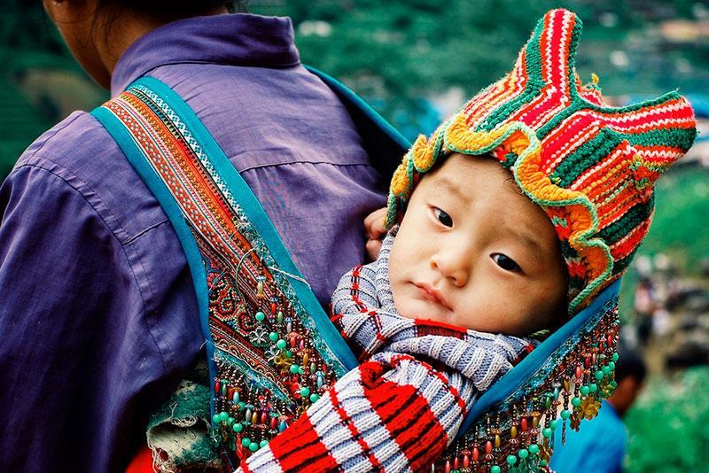 Фото дитина в сумці у батька