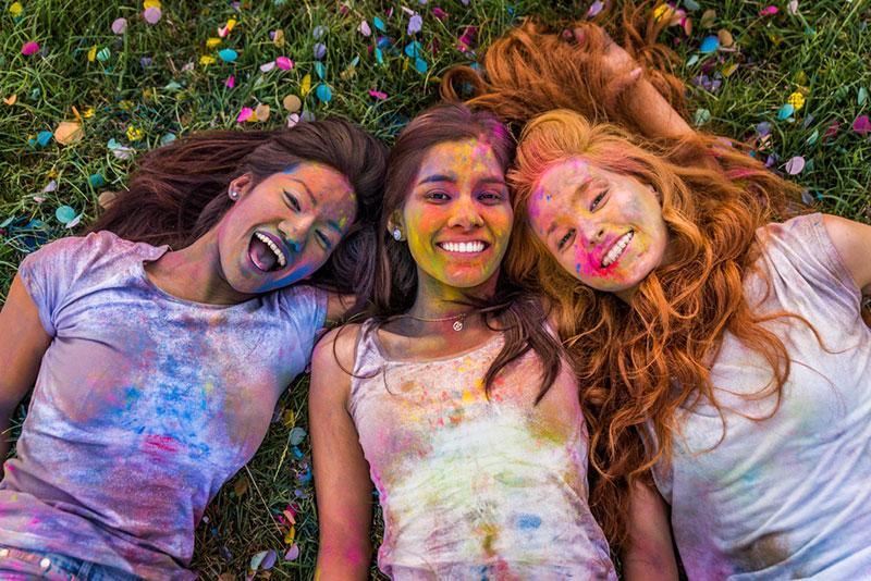 Фото дівчата у фарбах свято Холі