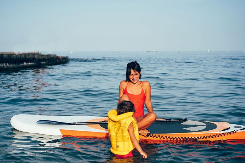 Фото жінка із сином на морі