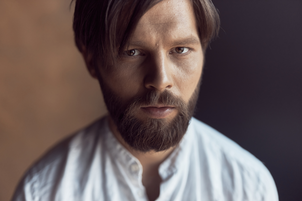 Фото гарного чоловіка з бородою у білій сорочці