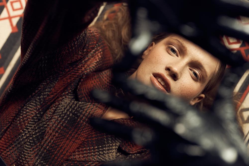 Фото дівчини у шкіряних рукавицях зняте згори