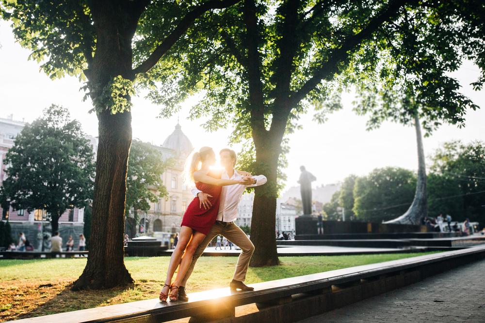 Фото пара танцює танго на вулиці