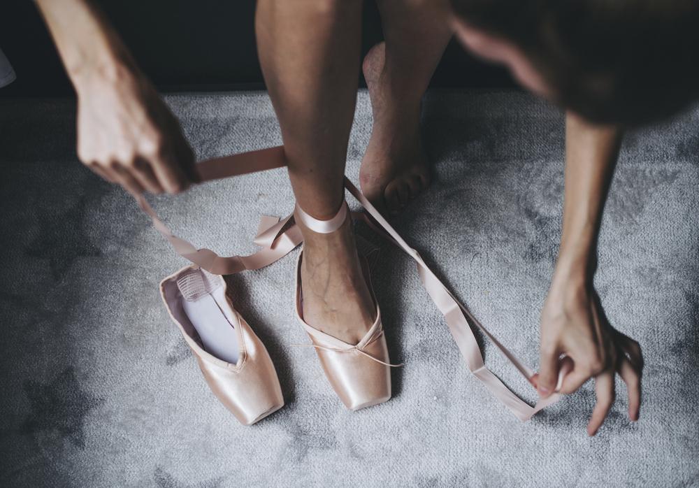 Фото балерина взуває пуанти