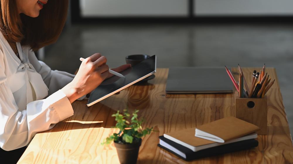 Фото жінка працює на планшеті