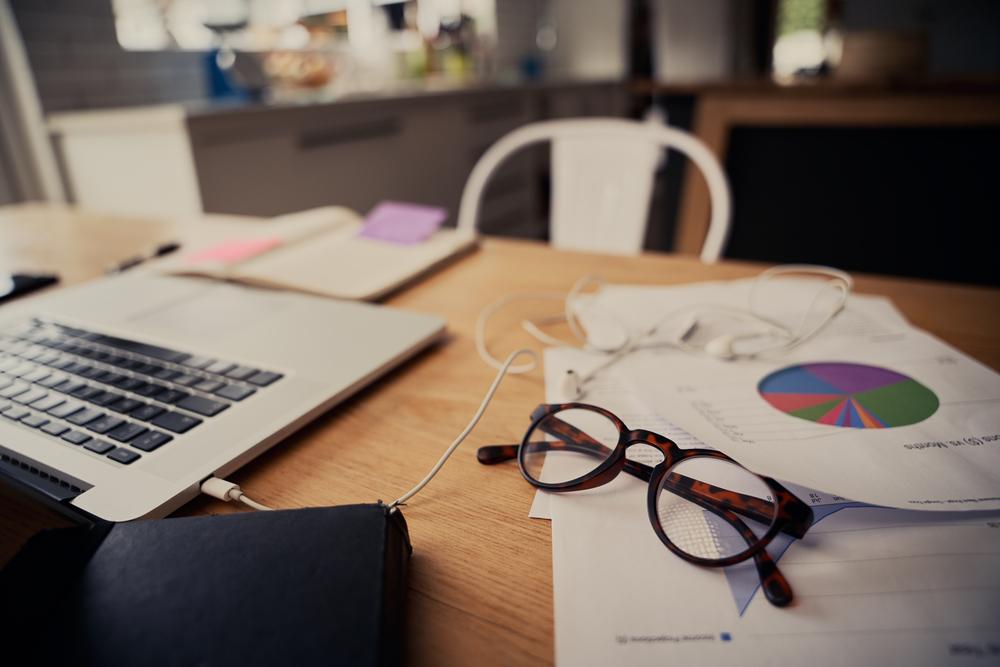 Фото окуляри, ноутбук і документи на столі