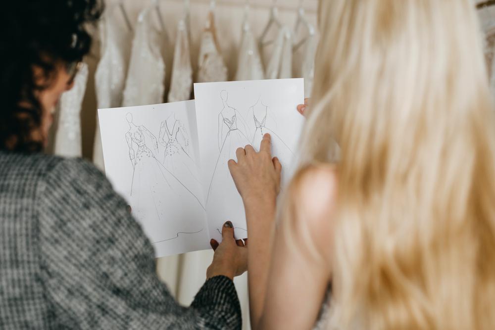 Фото жінка обирає ескіз сукні