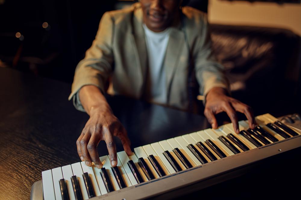 Фото чоловік грає на клавішних