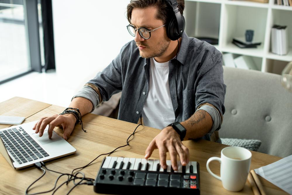 Фото чоловік записує музику