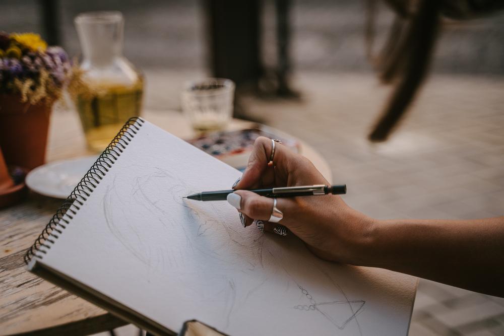 Фото художниця робить ескіз