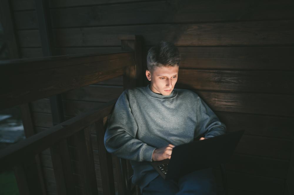 Фото чоловік працює за ноутбуком