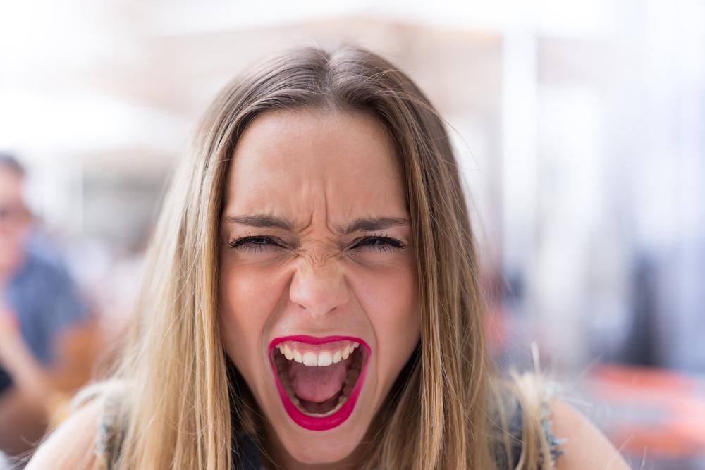 Фото молода сердита жінка кричить