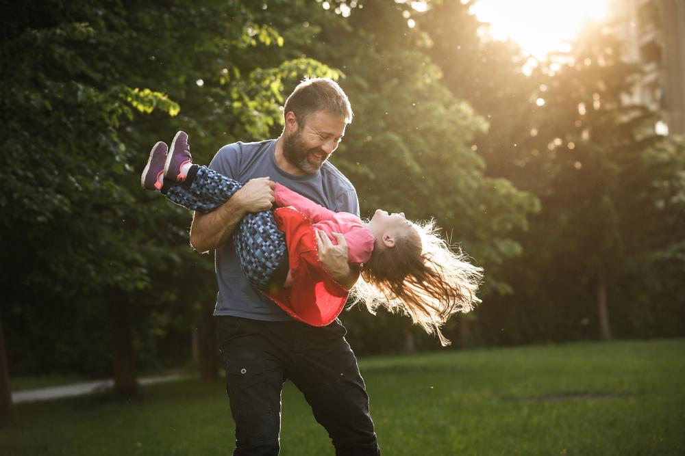 Фото щасливий батько з дівчинкою на руках