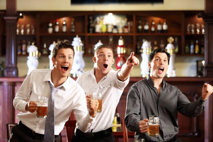 Fans at the pub © Depositphotos