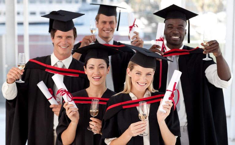 Group of people Graduating from College © Depositphotos