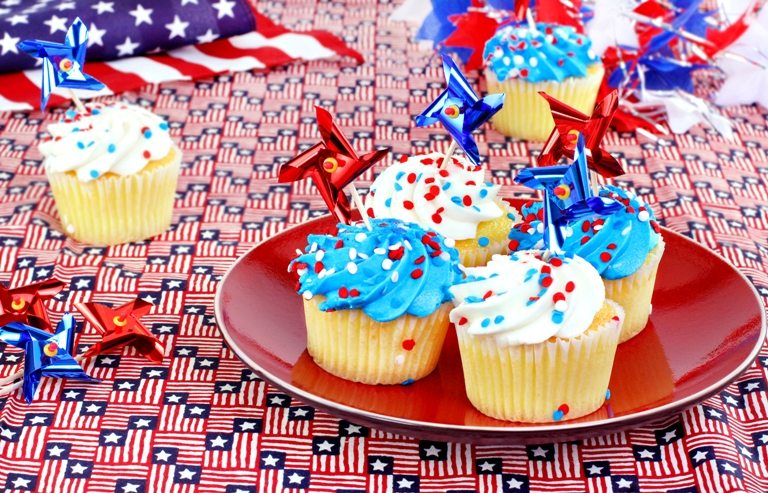 July 4th cupcakes and decorations. © Depositphotos