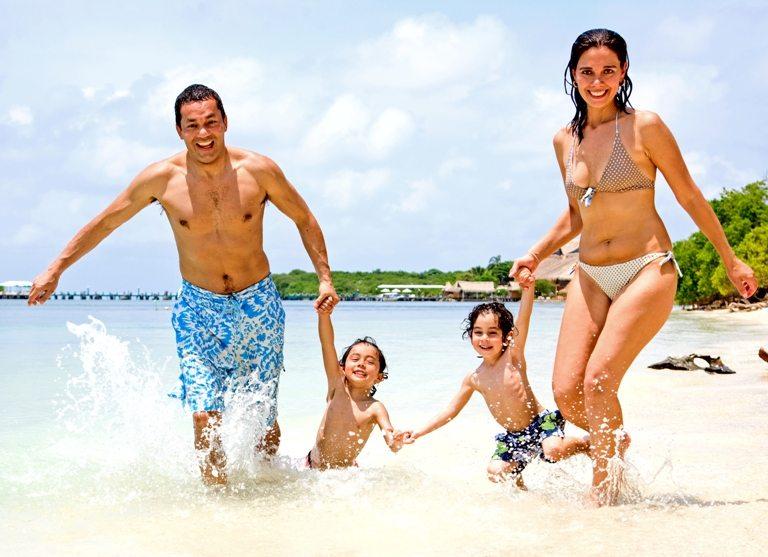 Happy family on vacation © Depositphotos