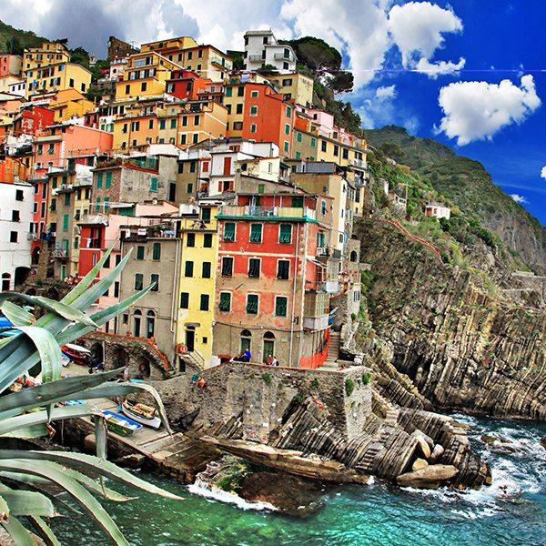 Picturesque Riomaggiore fishing village   cinque terre Italy