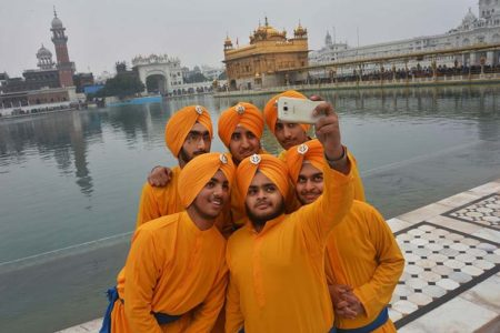 a year in pictures january-15-2016-sikh-devotees-are-taking-a-selfie