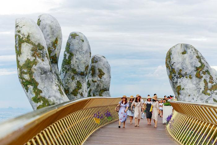 creative design giant hands bridge ba na hills vietnam 5b5ec9f26db57  700
