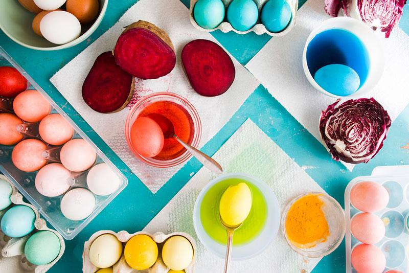Painting Easter eggs with natural ingredients